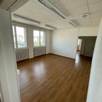 Beau local commercial rénové / 4 bureaux / 1 salle de bain