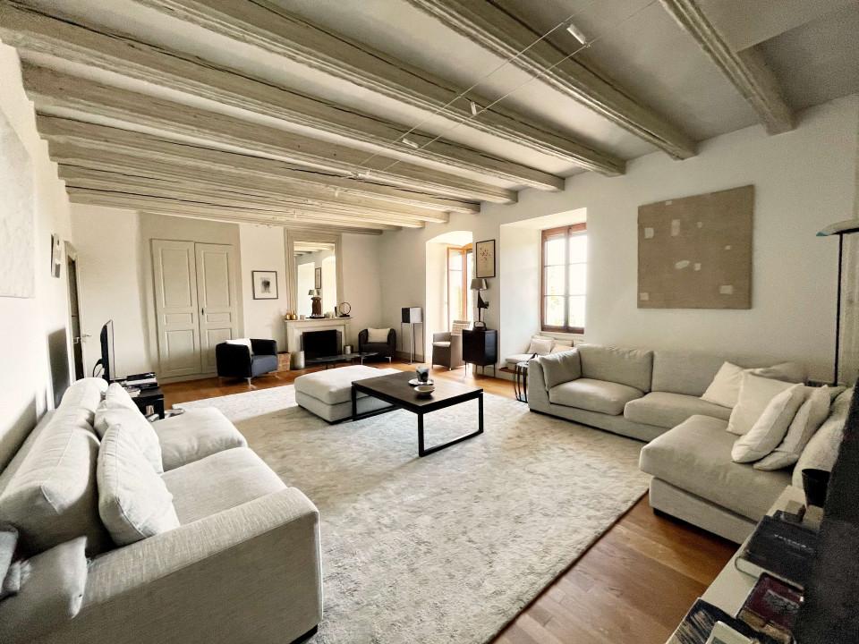 Élégant appartement de 9 pièces dans bâtiment historique