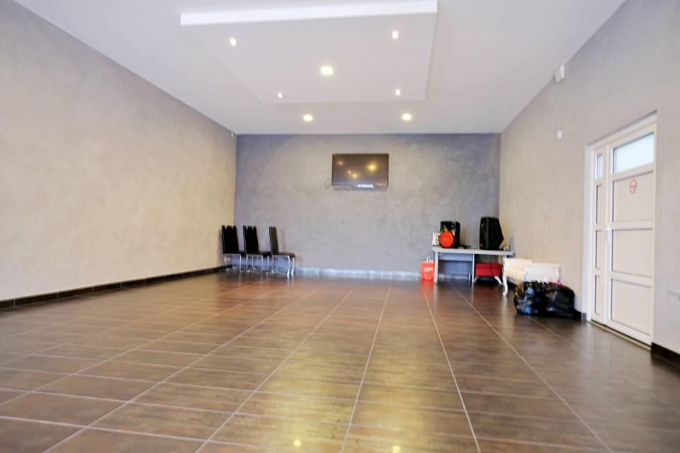 Locaux, atelier, dépot, salle d'exposition.